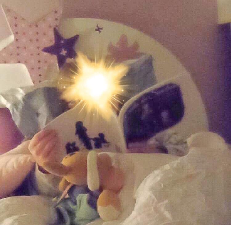 Ma filleule Danaé lisant «Les contes du Sanctuaire»